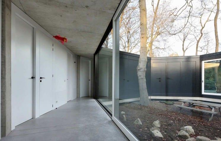 wohnideen flur mit panoramafenster zim steingarten und weißen zimmertüren