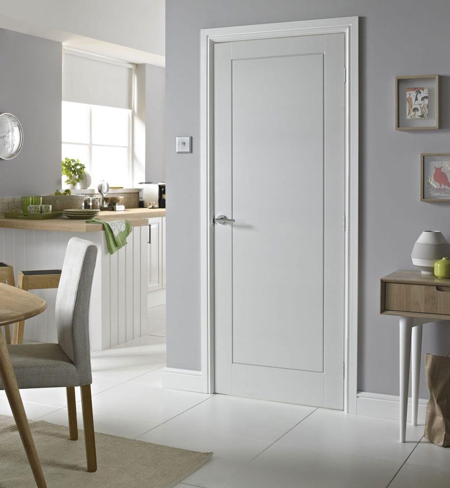 moderne küche mit bar und esszimmer in weiß-elegante innentür