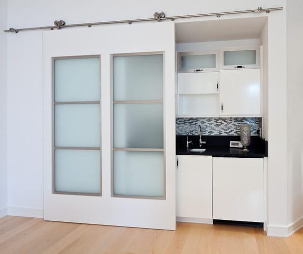 kleine küche weiß mit schiebetür geschloßen- kreative kücheideen