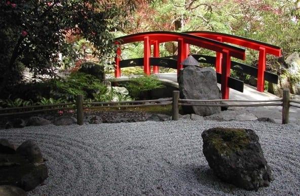 AuBergewohnlich Gartengestaltung Mit Kies Und Holzbrücke Rot