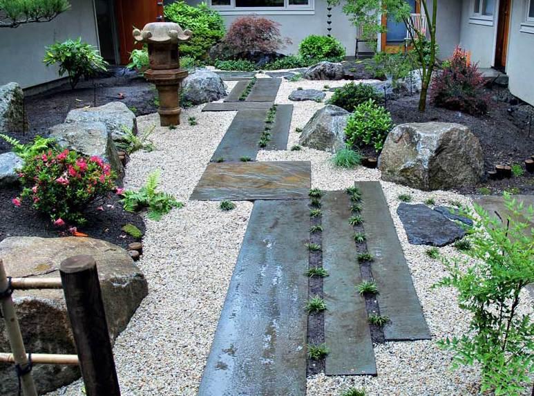 hofgarten in japanischer stil mit kies und natursteinpaltten