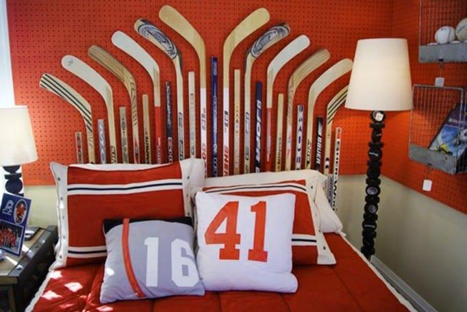 kinderzimmer mit rüter wand und wandeko mit hockeystöcken-bettwäsche rot