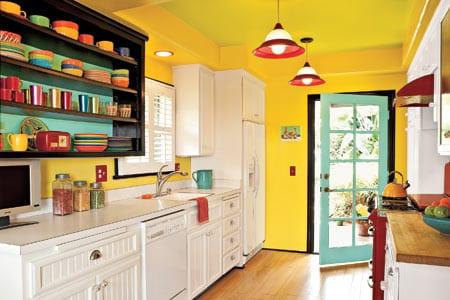 küche weiß mit tür blau und pendelleuchte rot