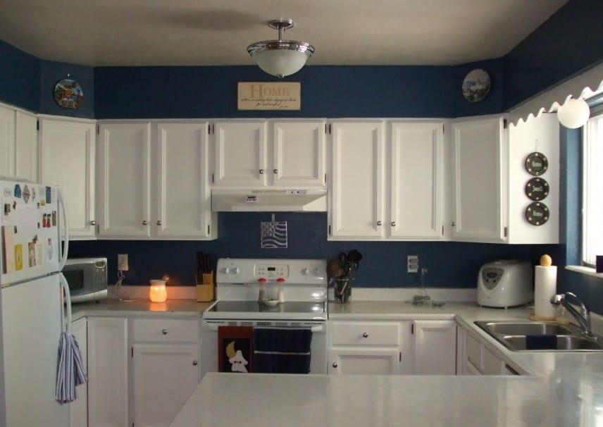 wandfarbe blau-küchenschränke weiß