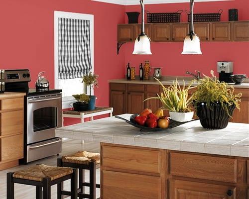 moderne küche mit küchenmöbel holz und karierte fensterrollo