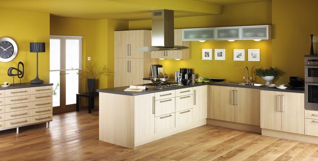 moderne küche-küchenmöbel aus hellem Holz-sideboard dekorieren