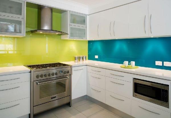 moderne küche mit glaswandverkleidung in grün und blau
