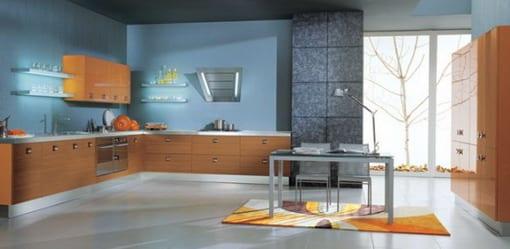 moderne küche gestalten mit holzküchenschränken und wände blau