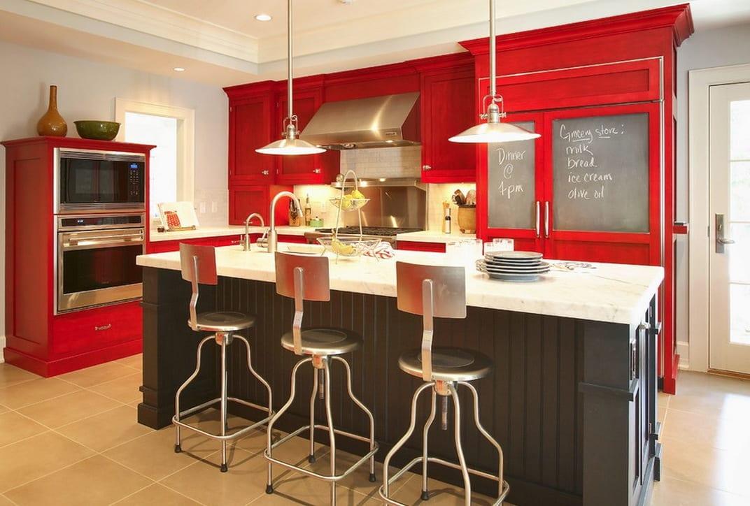 moderne küche mit kochinsel schwarz und küchenschränken rot