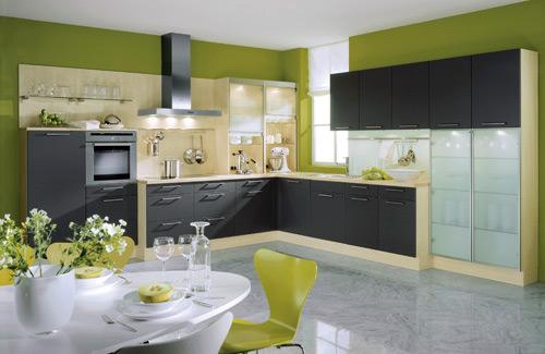 moderne küche in schwarz mit grünen wänden-weiße Esstisch rund mit Esszimmerstühlen grün