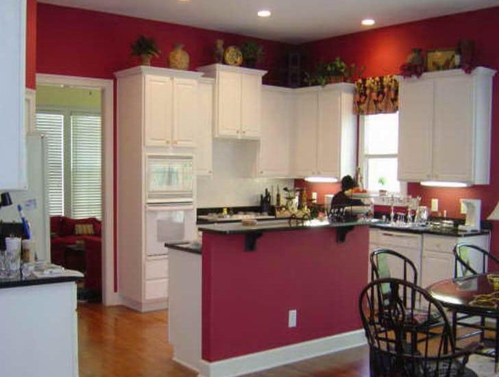 weiße küche mit kochinsel-rote wände-weiße küchenschränke