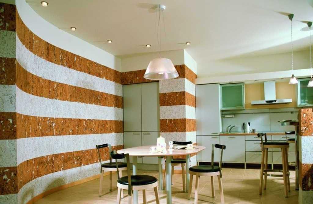 moderne küche mit wandmuster in weis und rot-esstisch rund mit Holzstühlen