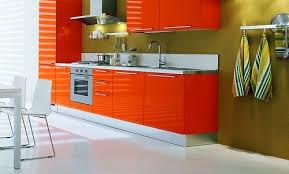 küche orange mit wände grün-esstisch weiß mit weißen esszimmerstühlen