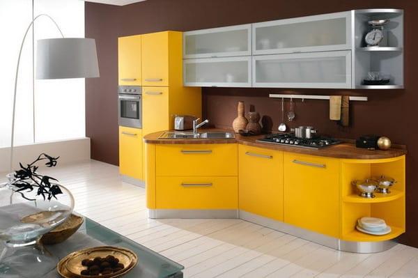 moderne küche gelb mit holzboden weiß und wandfarbe braun
