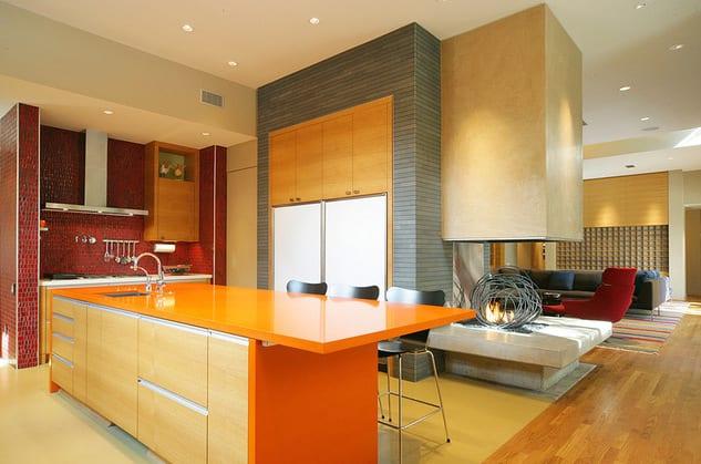 luxus küche einrichten mit küchinsel orange-wandgestaltung mit mosaik rot und grau