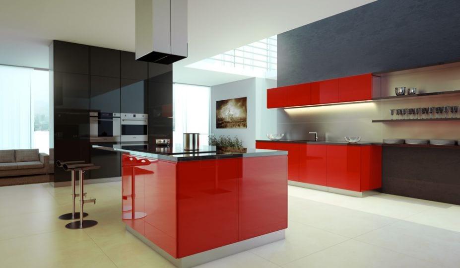 moderne küche mit kochinsel rot und wandverkleidung schwarz lack