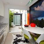 kleine küche weiß mit hofgarten-moderne küche mit wandgestaltung tapete-weiße esszimmerstühle mit grünen sitzen