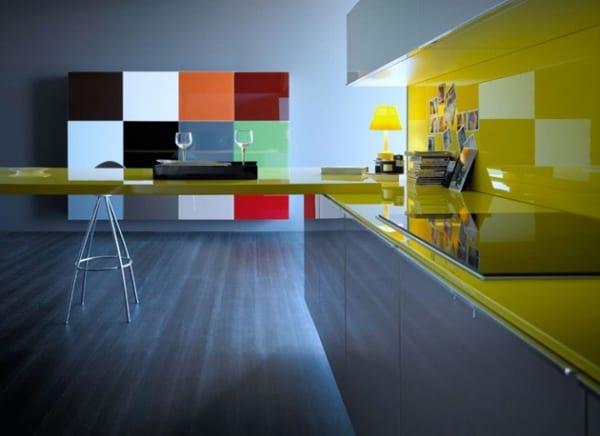 moderne küche mit Theke gelb und Küchearbeitstisch gelb