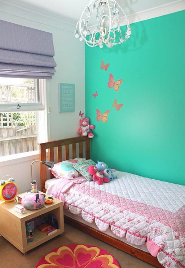 farbgestaltung Kinderzimmer mit Holzbett und Holznachttisch- weiße wand und grüne wand mit schmetterlingen
