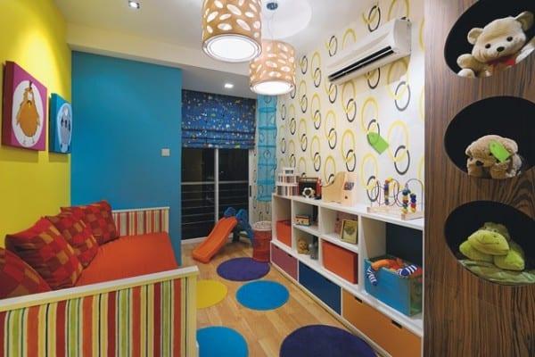 kinderzimmer gestalten mit parkett und runden Teppichen in blau und violett- rote bettwäsche mit roten kissen-weiße wand mit gelben Kreisen-kinderzimmer blaue Fensterrollos