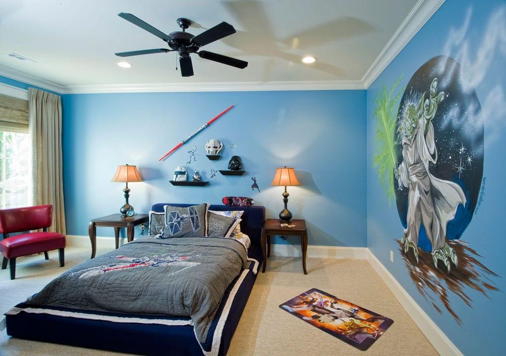 Farbgestaltung Kinderzimmer- blaues Bett mit blauer Kinderbettwäsche- Holznachttische mit Nachtlampen- Kinderzimmer Wandgestaltung