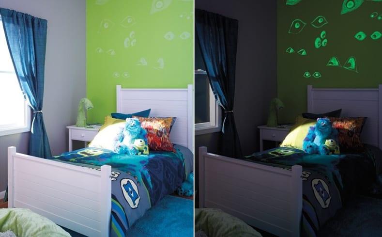 Kinderzimmer mit grüner Wand und blauem Teppich- Gardinen blau- weißes Bett mit blauer Kinderbettwäsche