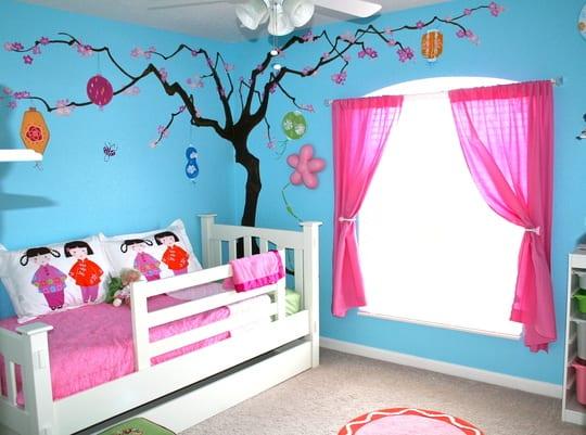 Blaue Kinderzimmer Mit Wandtattoo Baum  Weißes Kinderbett Mit Bettwäsche  Pink Und Gardinen Rosa