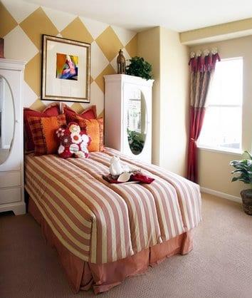 Wandfarbe Kinderzimmer Weiße Kleiderschränke Mit Elipsspiegeln  Bettwäsche  In Rosa Mit Weißen Streifen