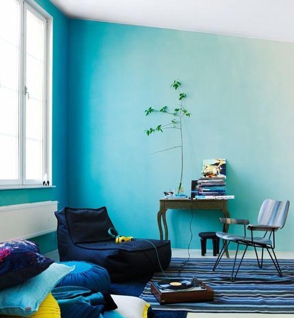 kinderzimmer gestaltung mit blauen Wänden und Sitzkissen in denkelblau-Teppich blau- blauer stuhl und blauen Sitzkissen