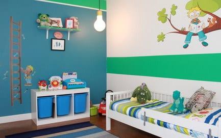 kinderzimmer mit blauer wand und weißer Wand mit grüner Streife- weißes Bett mit  grünen und blauen Streifen-kinderzimmer teppich