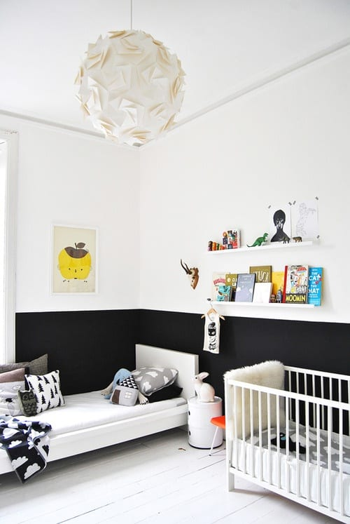 kinderzimmer gestalten mit schwarze wandstreife und weißem Bett- kinderbettwäsche mit Wolken Motiv
