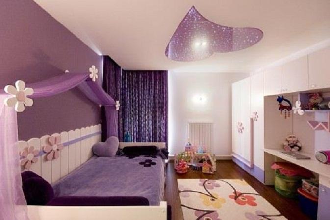 weißes kinderbett mit lila bettwäsche und lila Herzkissen-weiße Kleiderschrank mit eingebautem schreibtisch-gardinen viloett- deckengestaltung mit lila Herz