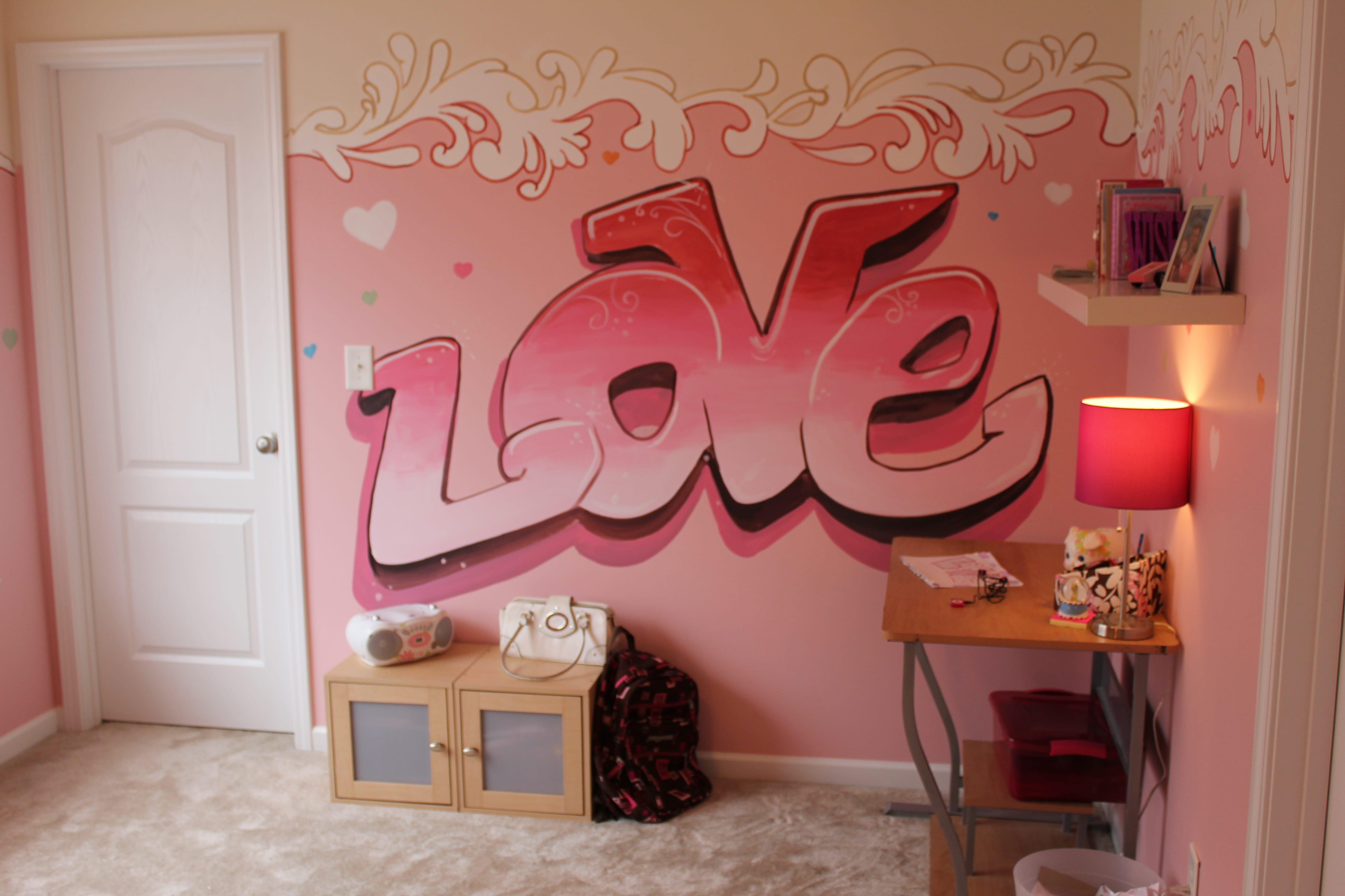 rosa Wandfarbe mit Love schrift- teppich beige- schreibtisch aus holz mit nachttischlampe in pink