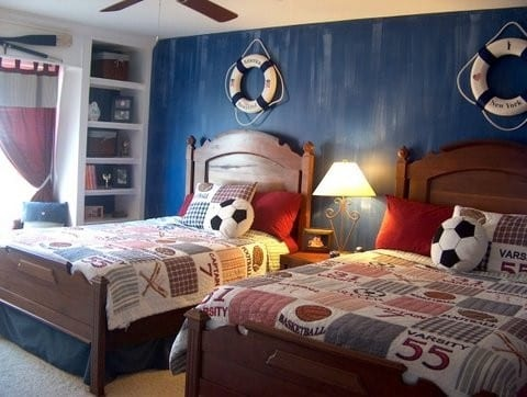 Kinderzimmer mit Holzbetten und kinderbettwäsche mit Ballmotiv- Fußballkissen