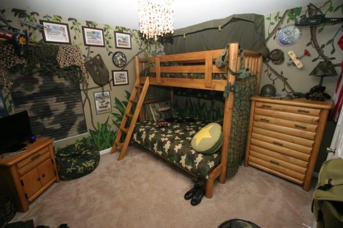 militäre Wandgestaltung Kinderzimmer und Holzmöbel fürs Kinderzimmer