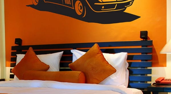 Kinderzimmer streichen orange wand mit schwarzem auto - Wandtattoo kinderzimmer auto ...