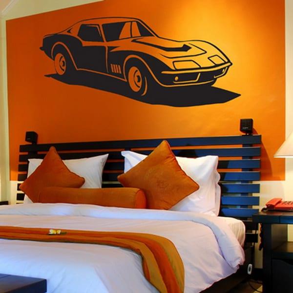Farbgestaltung schlafzimmer- schwarzes bett mit kopfbrett-weiße bettwäsche mit orangen kissen