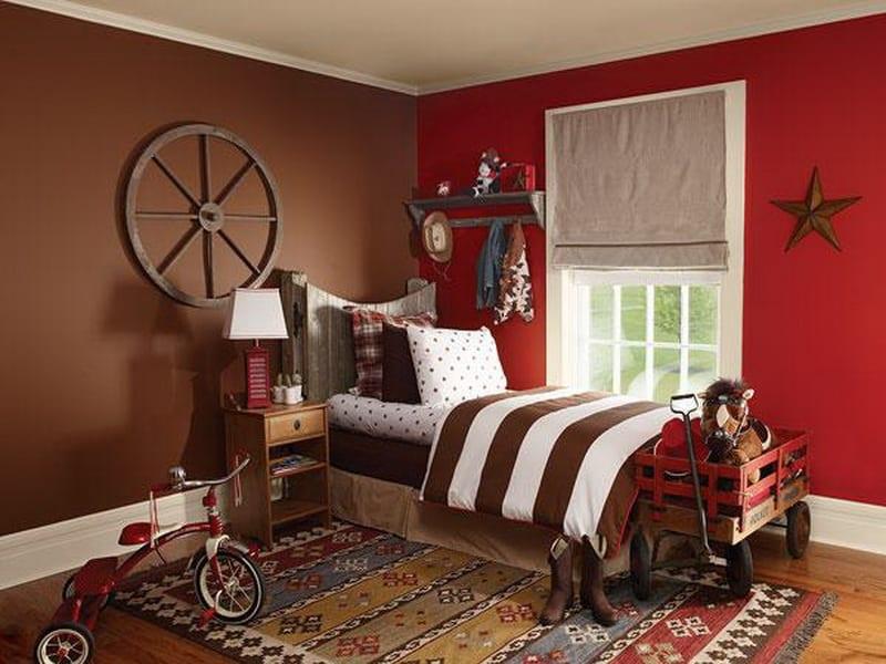 Kinderzimmer Farbgestaltung in rot und braun- kinderbettwäsche in weiß und braun