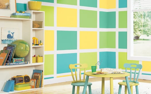 weiße wand mit gelben und grünen Quadraten- kindermöbel in blau und grün-weißer regal fürs kinderzimmer