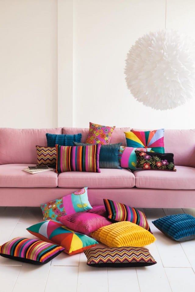 wohnzimmer inspirationen mit sofa rosa und kugel pendelleuchte