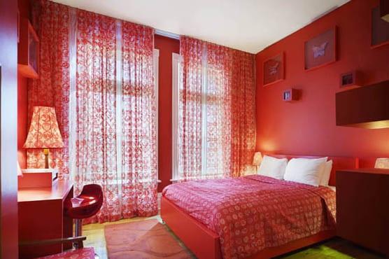 schlafzimmer rot- rotes bett mit roter bettwäsche- möbel rot