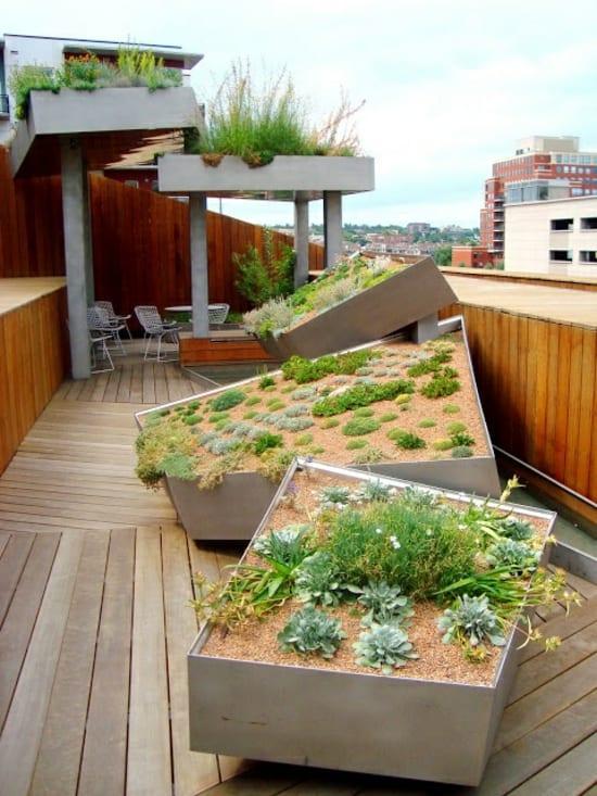 Dachterrasse mit kleinen Steingarten und holzboden