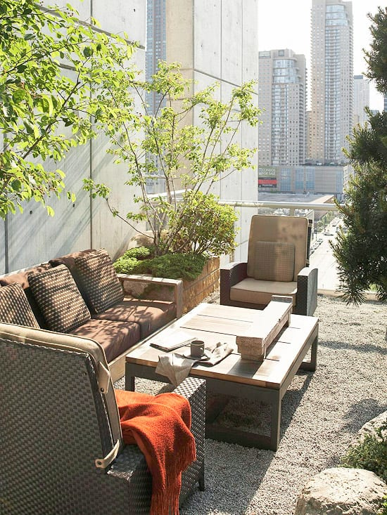 Gartenideen Dachterrasse mit Rattanmöbeln und Holzcouchtisch