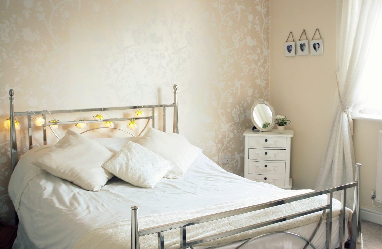 kleines schlafzimmer-bett dekorieren mit leuchten-tapete beig mit blumenmotiv weiß