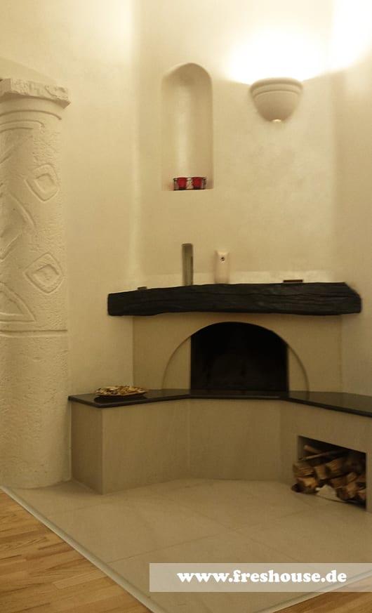 Kaminverkleidung Aus Fliesen Beige Und Natursteinplatte Schwarz Wandgestaltung Mit Holz Kerzendeko
