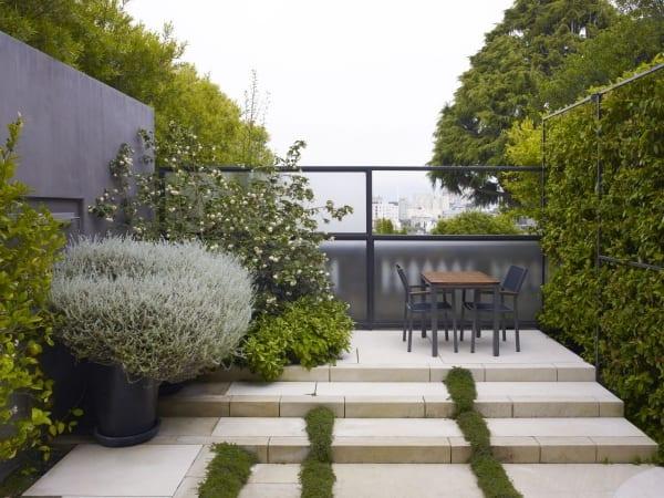 garten- terrasse mit Treppe aus Naturstein
