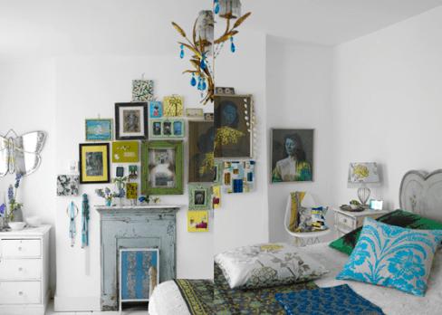 schlafzimmer gestalten mit farbigen bilderrahmen-wandspiegel schmetterlibg