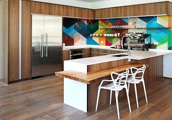 moderne küche holz mit kochinsel-esstheke holz mit modernen weißen Barhockern