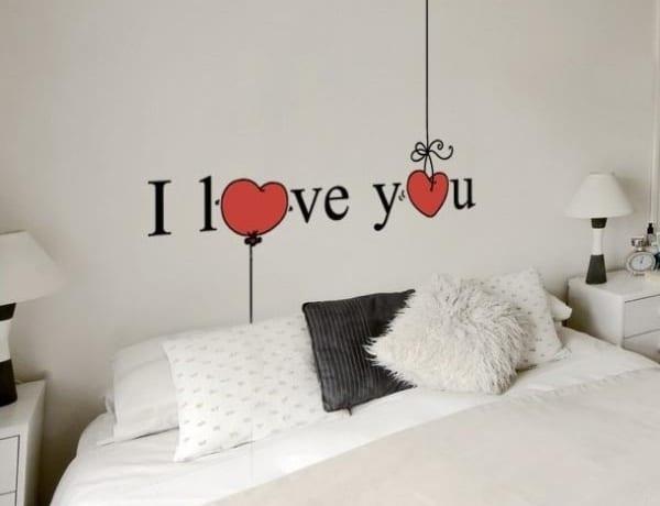schlafzimmer weiß mit romantischer wandgestaltung
