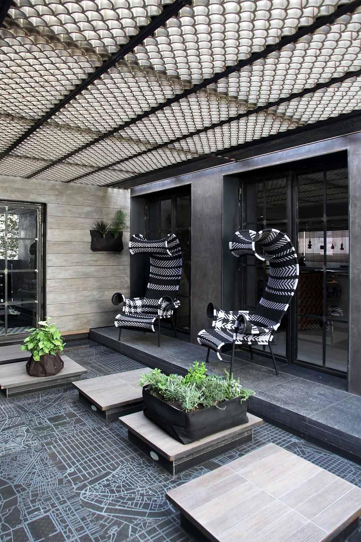 terrassengestaltung mit Gitterüberdachung und Holzwandverkleidung